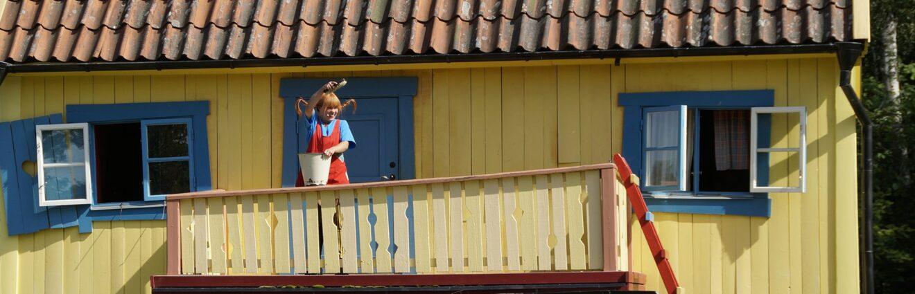 Pippi Langstrumpf vor der Villa Kunterbunt