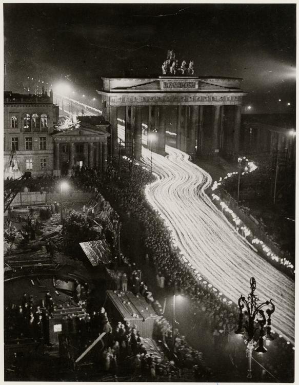 Fackelzug durch das Brandenburger Tor anlässlich des 3. Jahrestags der Ernennung Adolf Hitlers zum Reichskanzler, Berlin, 30. Januar 1936, © Stiftung Deutsches Historisches Museum