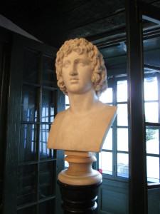 El busto de Virgilio que preside el salón de la casa