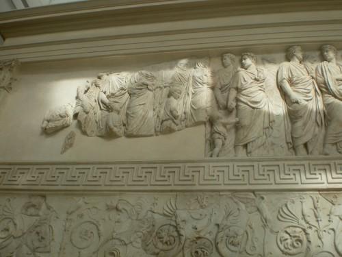Vista de uno de los muros laterales del Ara Pacis Augusta.