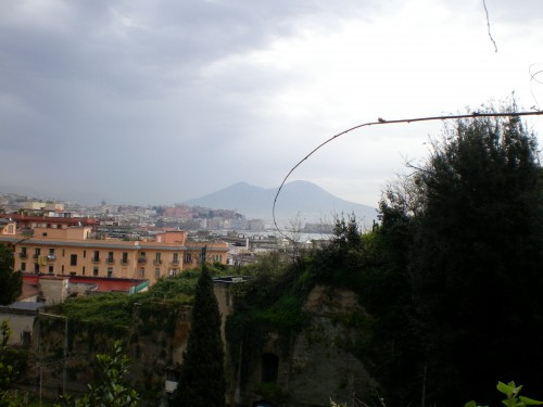 Vista del Vesuvio desde la tumba de Virgilio, en Posilipo (Nápoles)