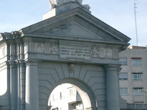 La madrileña Puerta de San Vicente, con la inscripción latina que compuso Tomás de Iriarte