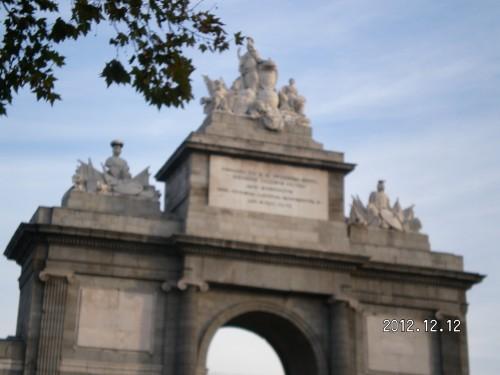 La Puerta de Toledo, en Madrid, con la inscripción conmemorativa a Fernando VII