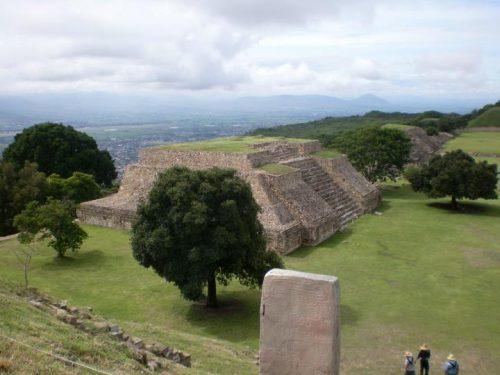"""Pirámide de Monte Albán (México), cuya fundación se sitúa, en términos de la historiografía mesoamericana, durante el llamado """"Preclásico tardío"""". Fotografía de Francisco García Jurado"""