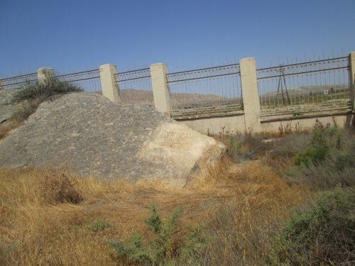 Fotografía de la roca donde aparece la inscripción latina.
