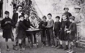 Célestin Freinet entouré de ses élèves. Source photo : http://www.marxists.org/francais/freinet/index.htm