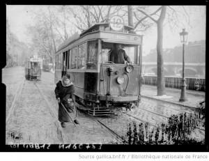 Femme à l'aiguillage (Paris 1917) Source : Gallica
