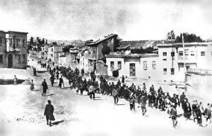 Kharpout, mai-juin 1915. Notables arméniens emmenés vers la prison de de Mezré. DR