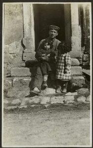Soldat allemand et deux fillettes (Somme, 1916) Coll. Historial de la Grande Guerre