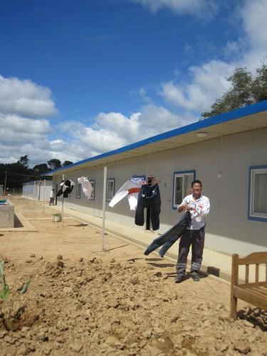 Dans le campement de CAMC en mai 2013, le traducteur s'occupe du linge à l'heure de la pause déjeuner. Les baraquements pour les ouvriers chinois ne sont pas encore tous occupés. L'entreprise espère pouvoir faire venir 300 ouvriers chinois qui travailleront avec les 500 ouvriers boliviens.