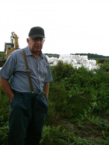 David, l'administrateur de la colonie Mennonite San Marcos installée en 2012 dans les environs d'Ixiamas. Dans le fond des sacs de calcaires viennent d'être livrés pour amender la terre. Clichés Laetitia Perrier Bruslé, mai 2013