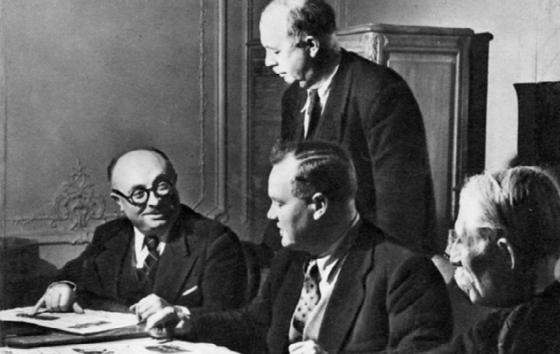 De G à D Marcel Cachin, Maurice Thorez, André Marty debout et Jacques Duclos examinant un exemplaire de l'Humanité - Photo CHS