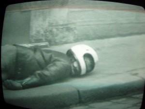 """""""Si t'es bien sage, t'auras une belle image"""" (une vidéo produite par la Maison de la Culture d'Orléans, 1977) - Les lycéens expérimentent un dispositif en caméra cachée : alors que l'un d'entre eux est allongé sur le trottoir, les autres filment les réactions des passants."""