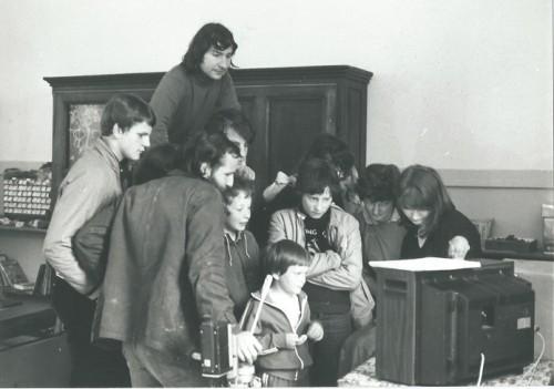 """Visionnement collectif des rushes de """"De Notre Temps"""" (1980) - Photographie : Colette Hyvrard"""