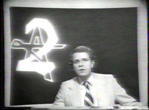 """""""Fait-divers"""" de Pierre Müller (une vidéo produite par la Maison de la Culture d'Orléans, 1978) : à propos du lancement du reportage télévisé qui fait l'objet d'une analyse dans """"Fait-divers"""", Pierre Müller parle d'abus de langage quand le sujet est présenté comme une """"enquête""""."""
