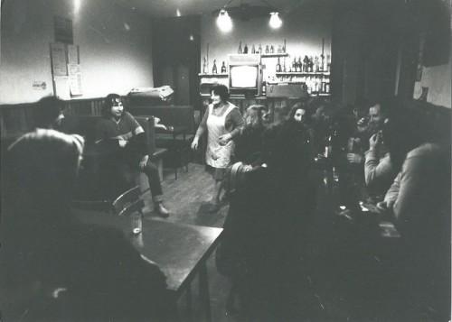 """Première diffusion publique des """"Saisons d'Arbu"""" dans un café d'Arbusigny (1979) - au fond, le téléviseur installé pour l'événement. Photographie : Colette Hyvrard"""