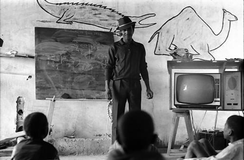Dans une école du Niger, une classe suit un enseignement associant une intervention d'un animateur et un enseignement télévisé diffusé par Télé Niger (vers 1968-1970) - photographie : Bernard Baissat