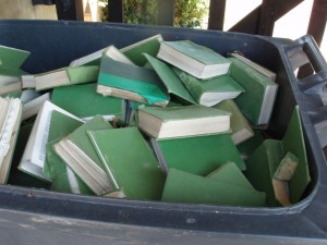 A bin of books, by Jane Cockman (Publié sur FlickR sous licence Creative Commons Paternité, Pas d'utilisation commerciale).