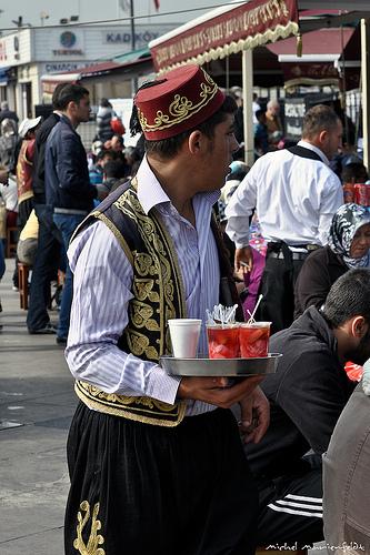 Serveur en tenue - Par telomi sur Flickr - Licence CC BY-NC-ND 2.0
