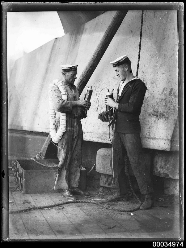 Sailors with demolition charges on HMAS AUSTRALIA (Image du domaine public, source : FlickR)