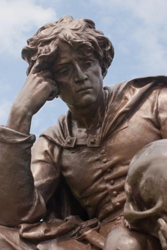 Hamlet's statue at Stratford upon Avon, by Derek Winterburn (publié sur FlickR sous licence Creative Commons Attribution, Pas d'utilisation Commerciale, Partage à l'identique)