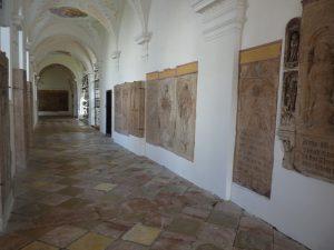 Grabplatten und Epitaphe im Ostflügel des Freisinger Domkreuzganges. Foto: Franz-Albrecht Bornschlegel