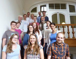 Gruppenfoto im Treppenhaus des Historicums der LMU München. Foto: Franz-Albrecht Bornschlegel