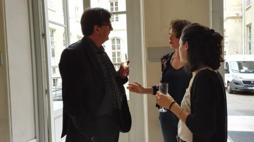 Un cocktail a permis de clôturer l'événement, et de poursuivre les échanges de manière informelle. Les étudiantes de Neuchâtel ont par exemple pu discuter avec Bruno Latour sur l'originalité de leur sujet.