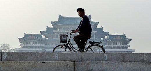 Grande maison d'étude du peuple, place Kim Il-sung.  (© Gildas Le Lidec)