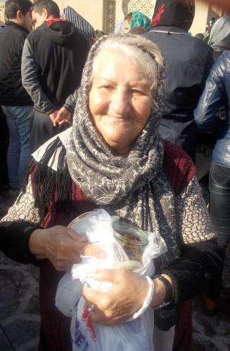 Distribution de khadiq à la mosquée Teze Pir. A. Braux, 2015