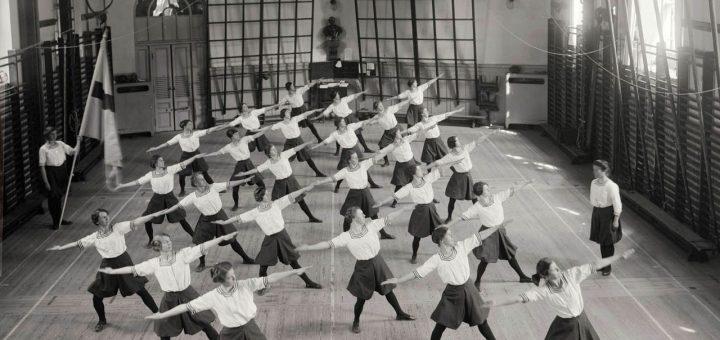 1280px-Damgymnastik._Gymnastiska_centralinstitutet,_Hamngatan_19,_Norrmalm,_Stockholm_-_Nordiska_Museet_-_NMA.0034300
