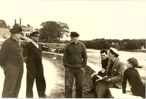 Alain Le Berre avec un groupe de pêcheurs, il est assis, avec la casquette blanche