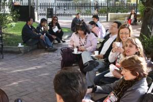 """Pause dans les jardins de la BNC Participante au symposium """"Vamos a hacer memoria"""" (22-25 septembre 2009, Bogotá, Colombie)"""