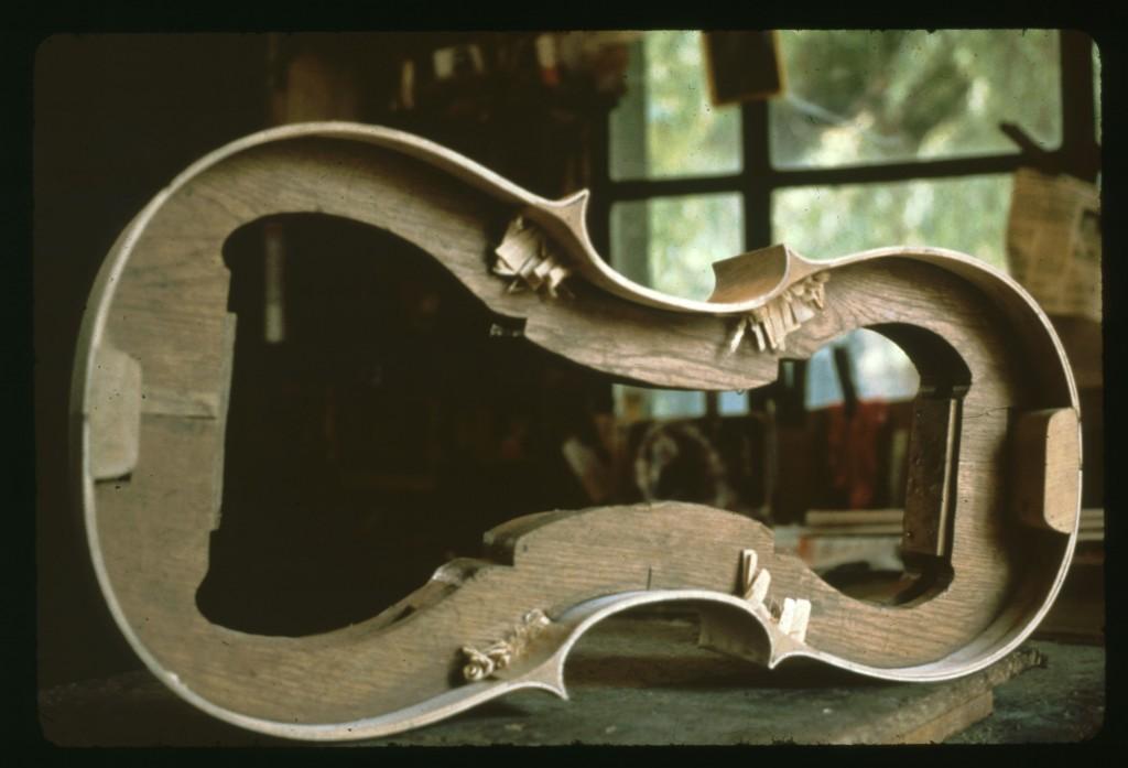 Moule de violoncelle. Atelier de Robert Baumann à Mirecourt en 1982