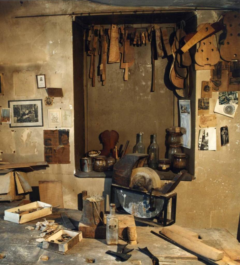 Atelier du luthier Pierre Enel à Mirecourt. Au mur, la photo de son ami d'enfance, le luthier Albert Claudot (cliché J. D. Braconnier)