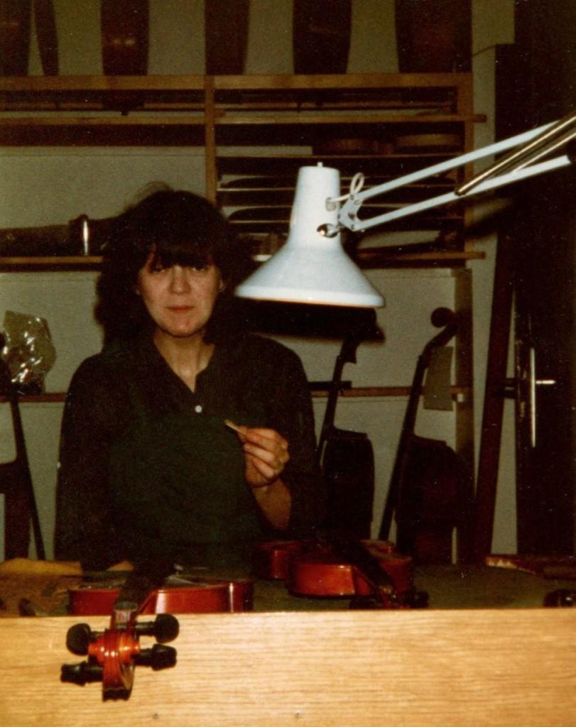 Anne Houssay dans l'atelier de Jean Schmitt à Lyon en 1983 (coll. A. Houssay)