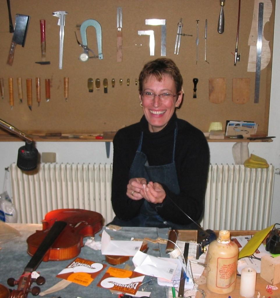 Anne-Sophie Trivin à l'établi, Mirecourt, 2005 (cliché Cathy Baroin)