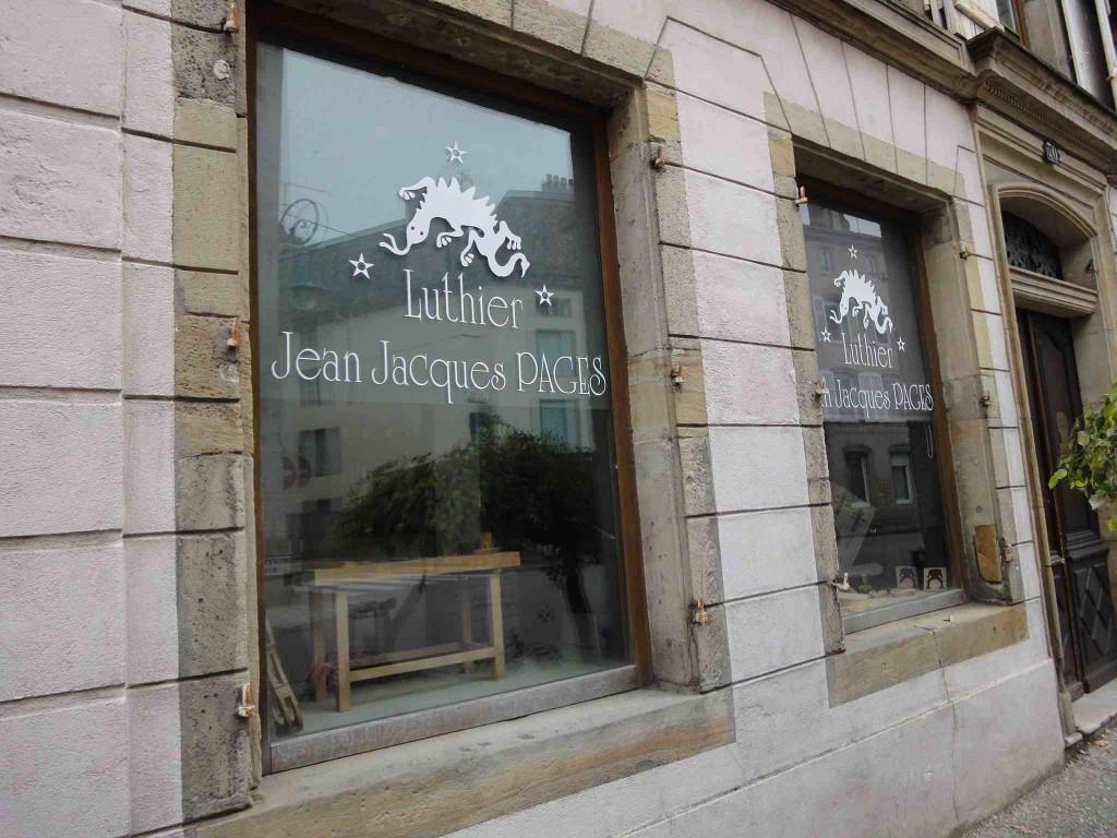 La vitrine du luthier Jean-Jacques Pagès à Mirecourt (2012, cliché HCH)