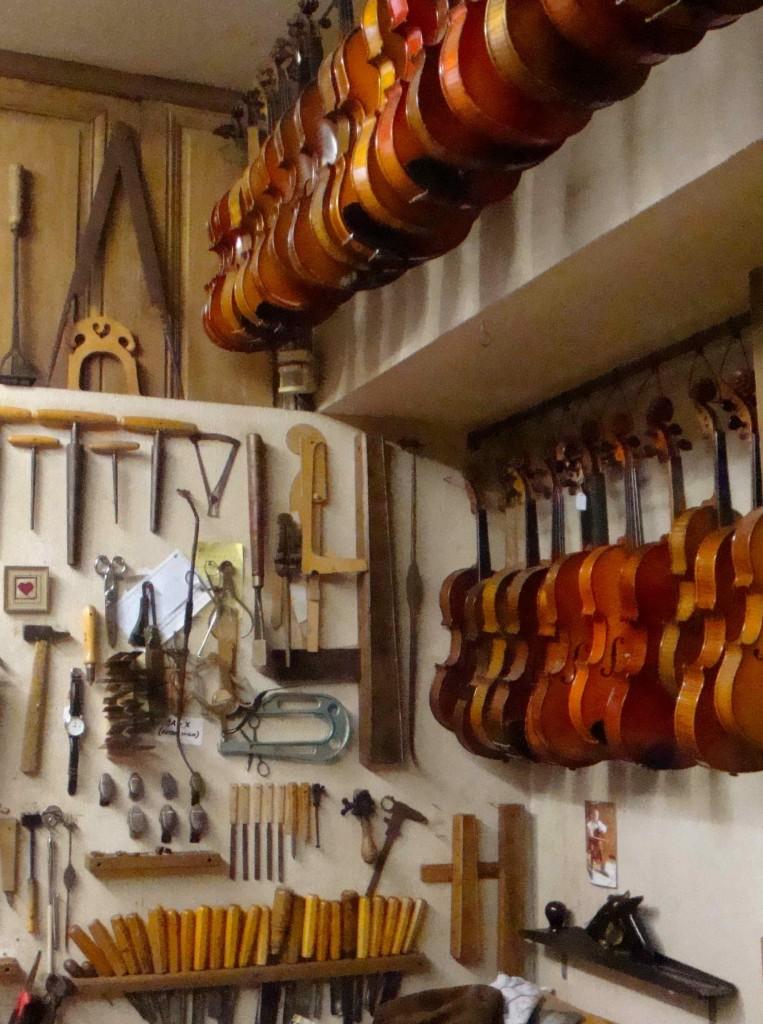 Atelier du luthier Roland Terrier à Mirecourt (2014), cliché HCH