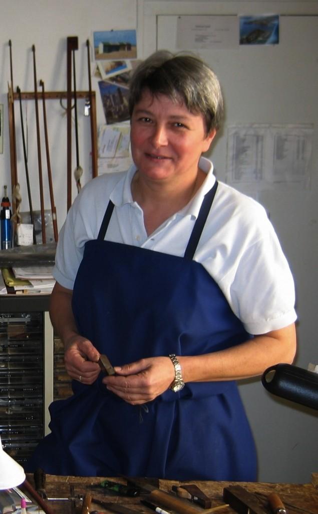 L'archetière Cathy Baroin exarçant dans l'ancien atelier de René Morizot à Mirecourt