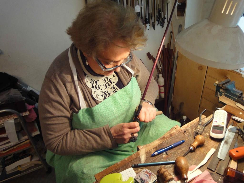 L'archetière Sylvie Masson à l'établi, Paris, 2016