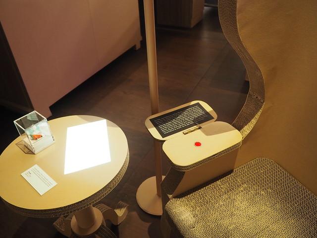 Fauteuil de la salle des ambassades musée de Neuchâtel avec un dispositif d'écoute (201)