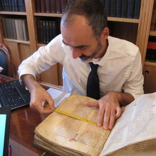 On relève les dimensions de la page puis de la surface d'écriture à l'aide d'un mètre souple