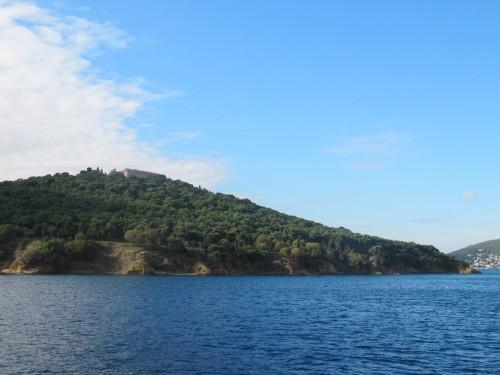 Au sommet de la colline, le monastère de la Sainte-Trinité