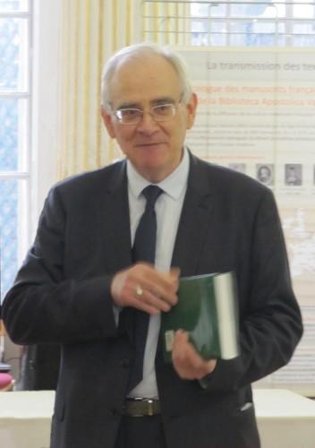 Paul Géhin reçoit le volume de mélanges en son honneur