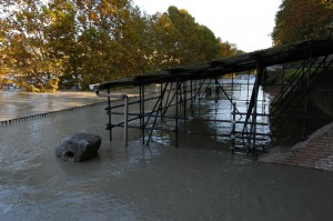 Fig. 8 - Piena Tevere 2012. La banchina e gli ambienti adiacenti ormai sott'acqua