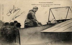 Toulouse-aviation. Morin descend de son appareil après l'atterrissage. 27 février 1911.(source : Arch. municipales de Toulouse, 9 Fi 4723