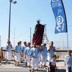 Jouteurs de la F.L.E., porteurs de la statue de St Pierre en procession lors de la Fête de la Mer, photographie de Marie-Véronique Amella