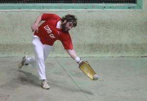 Joueur rattrapant la pelote, photographie de Cendrine Lagoueyte