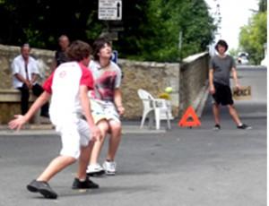 Les jeunes s'entraînent (appelés pitchoun), photographie de  Marie-Véronique Amella